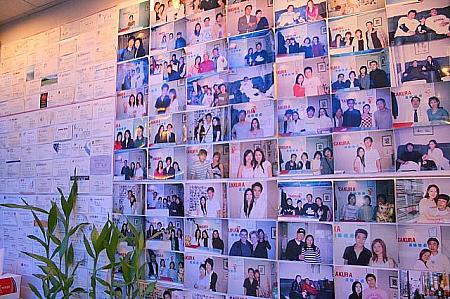 入口には、名刺や記念写真がびっしり!日本人のお得意様も多いそうです。