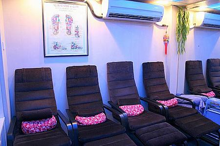 1階は、フットマッサージ用の椅子が4席。
