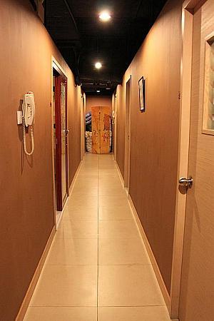 廊下を挟んで両側にある